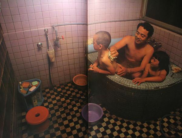 моя жена принимает душ