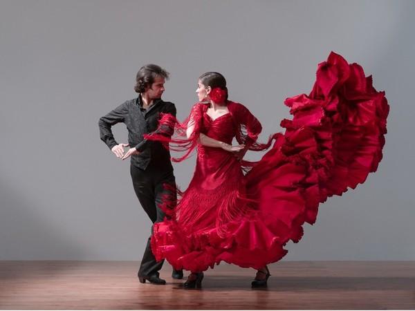 Ты танцуешь в красном платье
