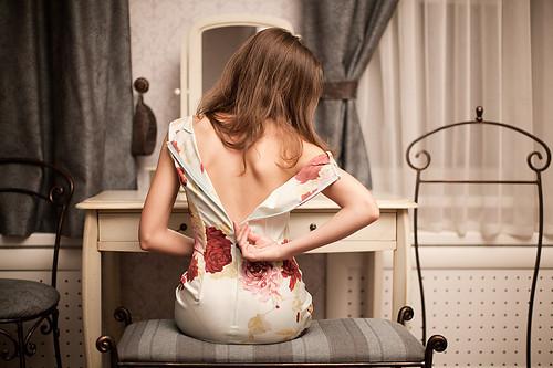 Девушка снимает платье фото 553-659