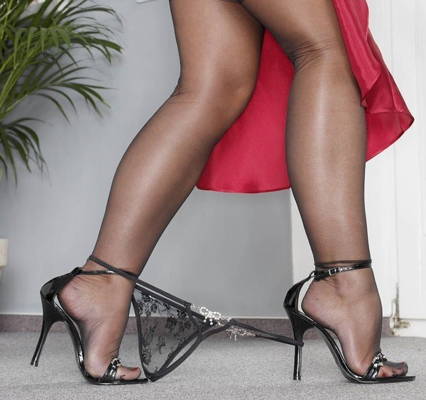 Ножки рота в сігаретой в с колготах женщини