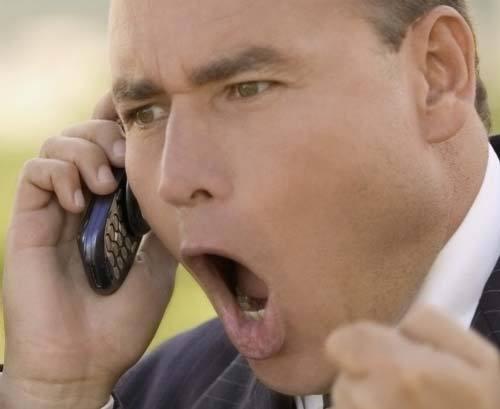 Сосет разговаривая по телефону с мужем ошибаетесь