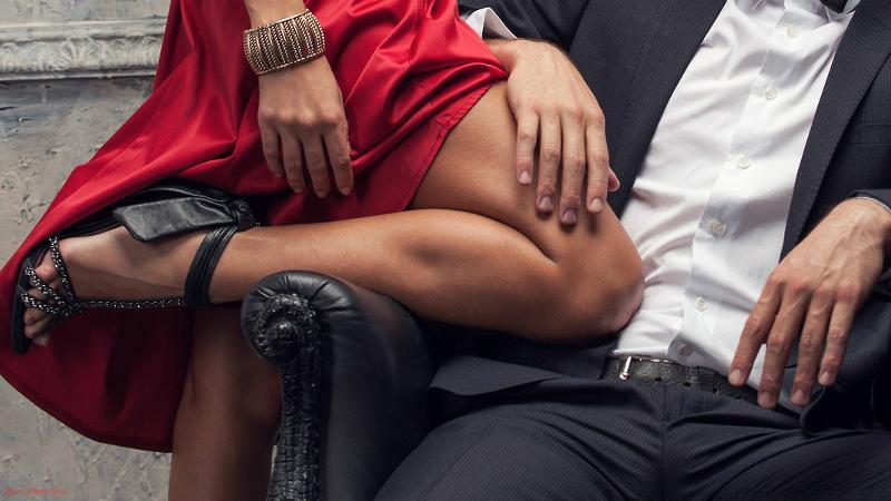 видео девушки в колготках обнимаются с мужчинами