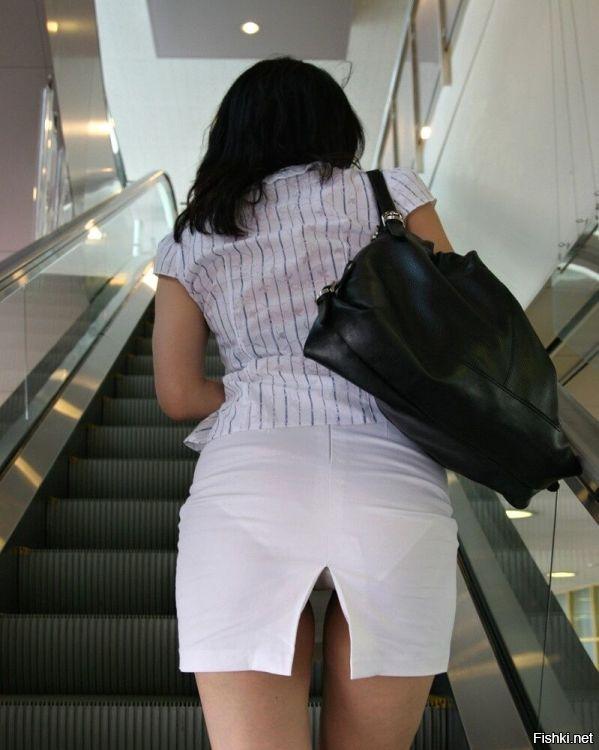 через разрез юбки видно трусы