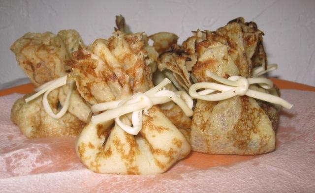 Блинные мешочки с грибами ветчиной и сыром  рецепт с