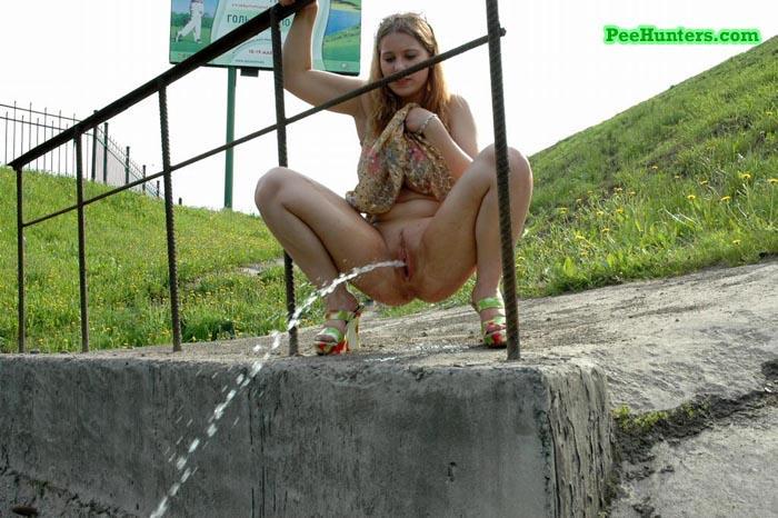 Женщина сидит на полу и писяет в джинсы видео