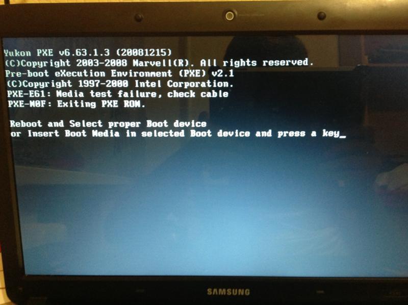 при включении ноутбука черный экран и черточка