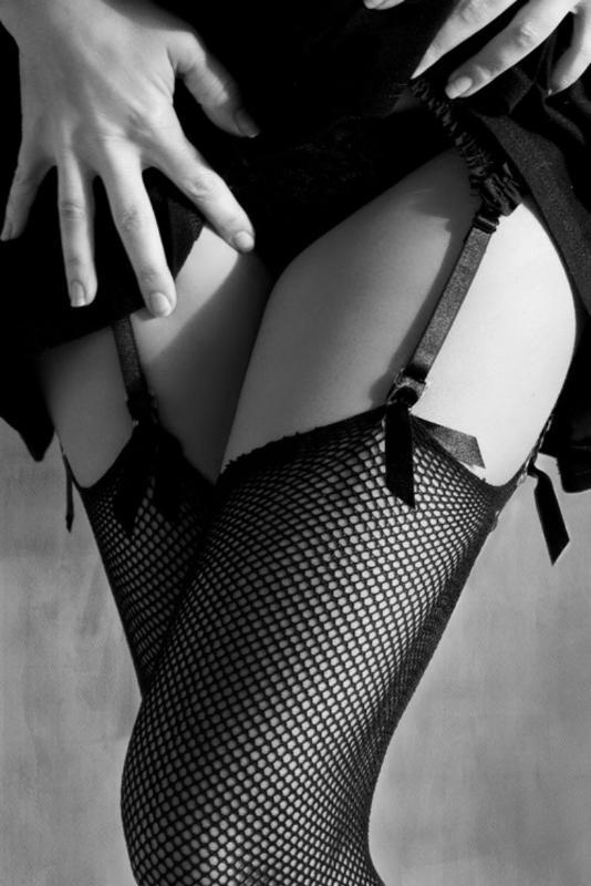 Платье и чулки девушка снимает