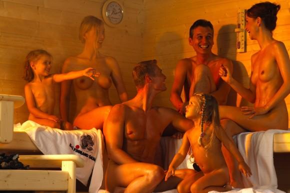 Семейное фото девушек голые