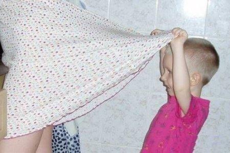 заглядываем маме под юбку