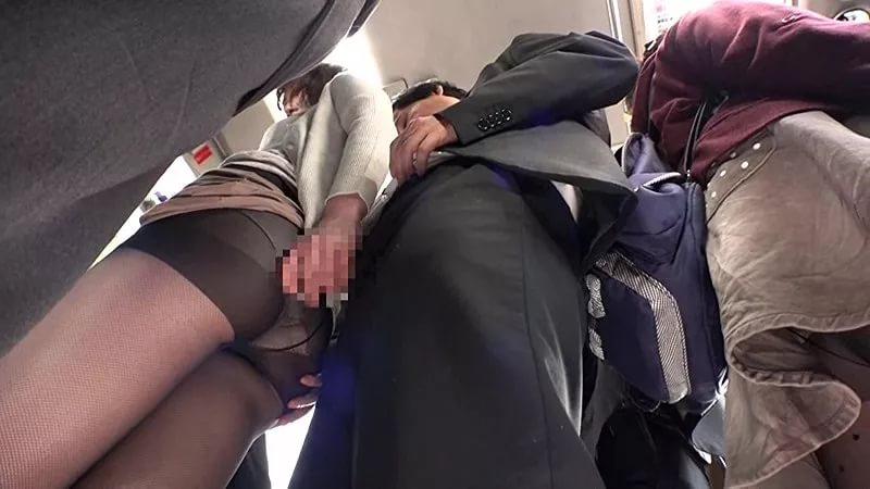 Девушки трахаются в автобусе залез рукой под юбку к девушке смотреть онлайн россия соски груди