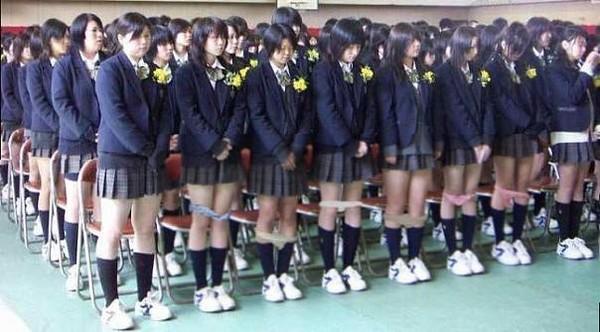 Японские подростки в туалете