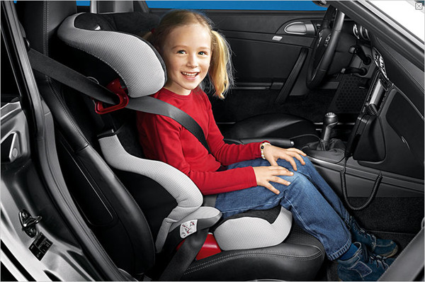 был Детское кресло на переднем сиденье автомобиля был