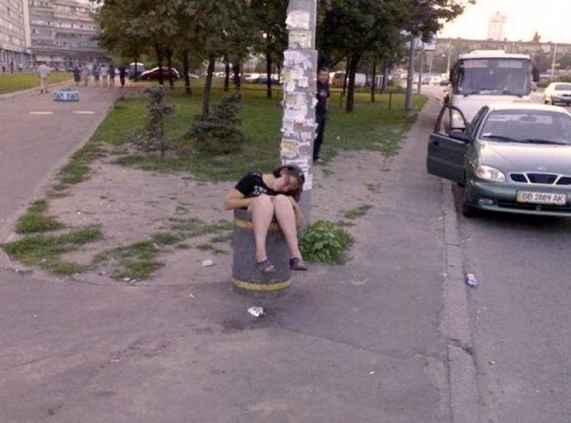 пьяный мужик проучил девчонку