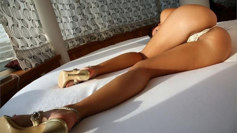 брюнетка со сладкой попкой фото
