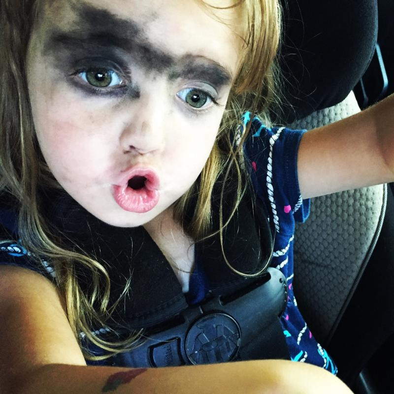 Девочка накрасилась маминой косметикой