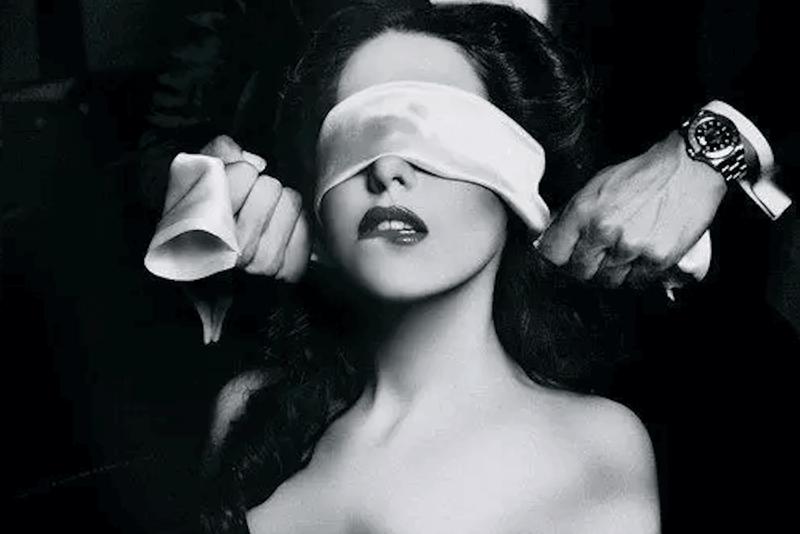 сел компа девушка с завязанными глазами мужчина сзади фото поэтому она