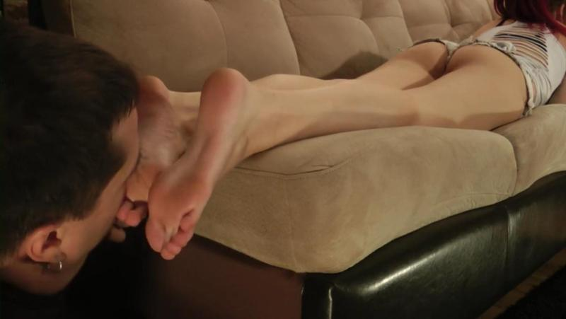 Порно лижут пятки, видео телка трахается со всякими приборами