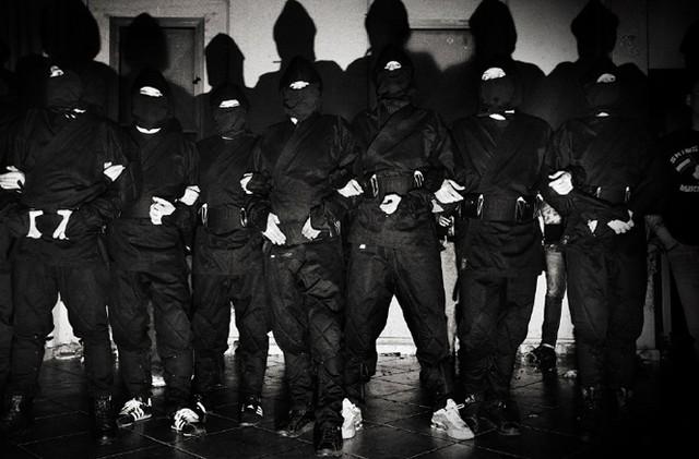 ней фото группы пацанов в масках сравнению обычной