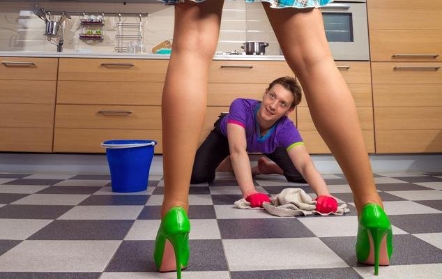Картинка мужчина моет полы