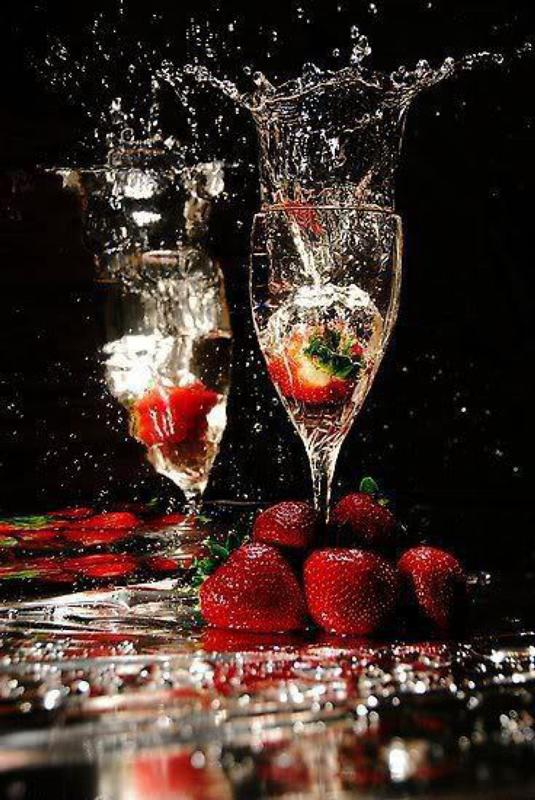 Шампанское и клубника гифка, танцующая девушка