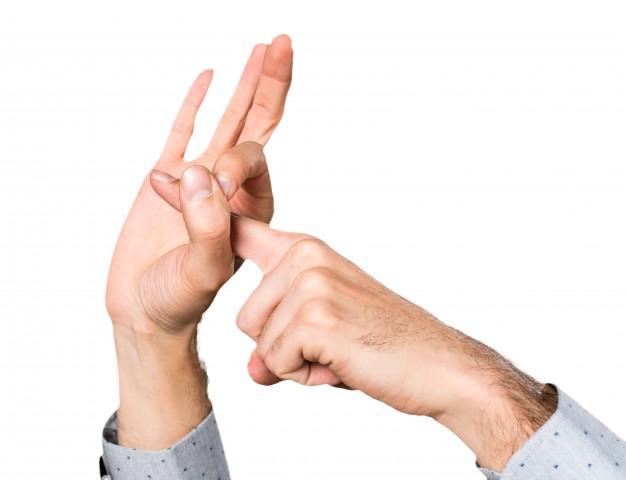 в очке палец