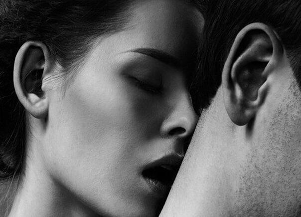 парень целует девушку в шею фото