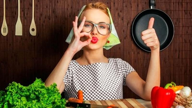 девушки пачкают себя едой видео