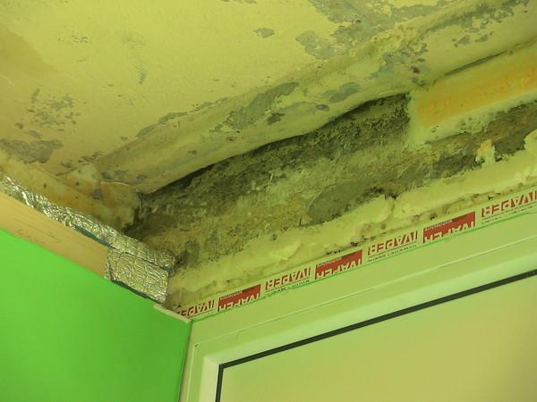 Ответы@mail.ru: Чем заделать щель между плитами в панельном .