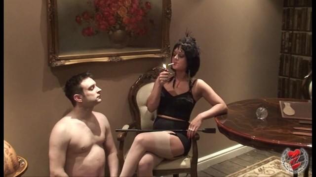 курящая госпожа и раб ебет жопу