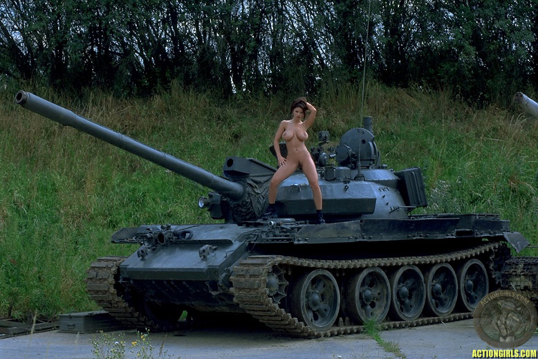 картинки голые девки на танке