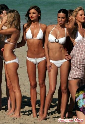 модели на пляже в бикини фото