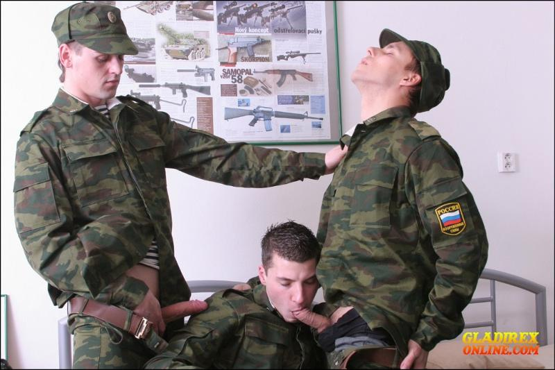 сосу у солдат
