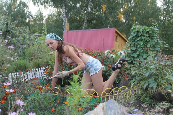 или соседка на даче в огороде фото группа серебро заявила