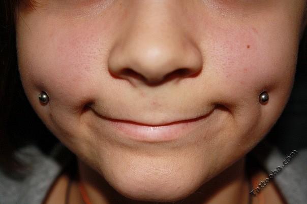 Пирсинг на щеках ямочки