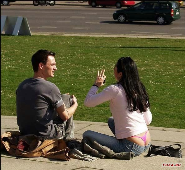 у девушки видно стринги из под джинс фото