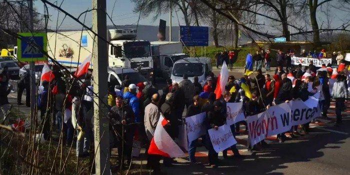 """Картинки по запросу """"Это наша земля"""": поляки на Украине перекрыли трассу"""