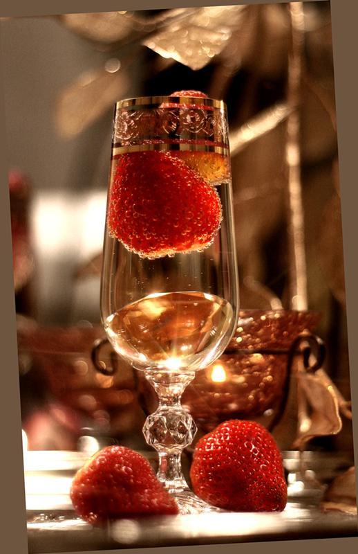 Открытки, картинка с шампанским и клубникой фото