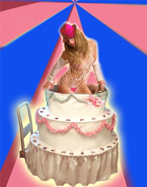 Открытка девочка из торта