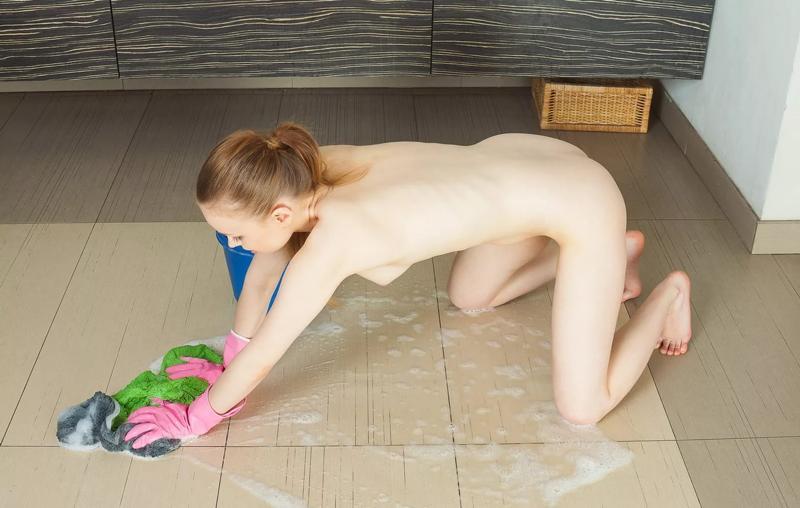 фото девушки убираются дома голые