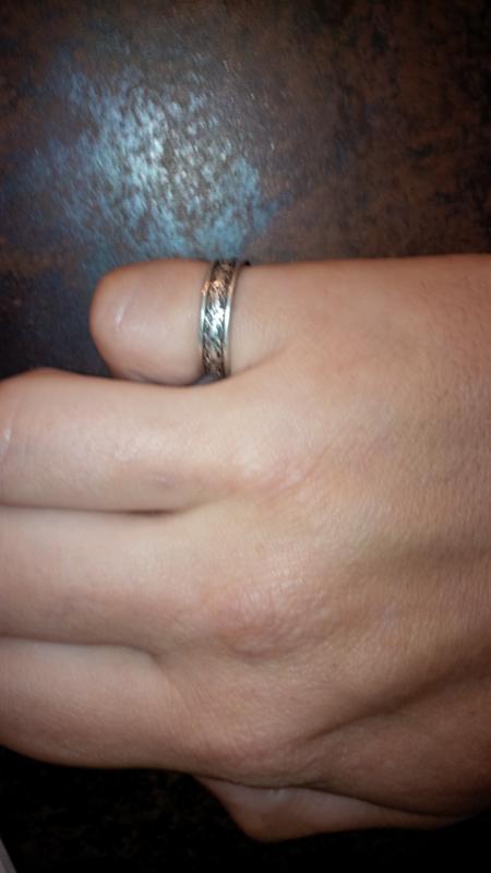 Кольцо на правой руке на мизинце лесби