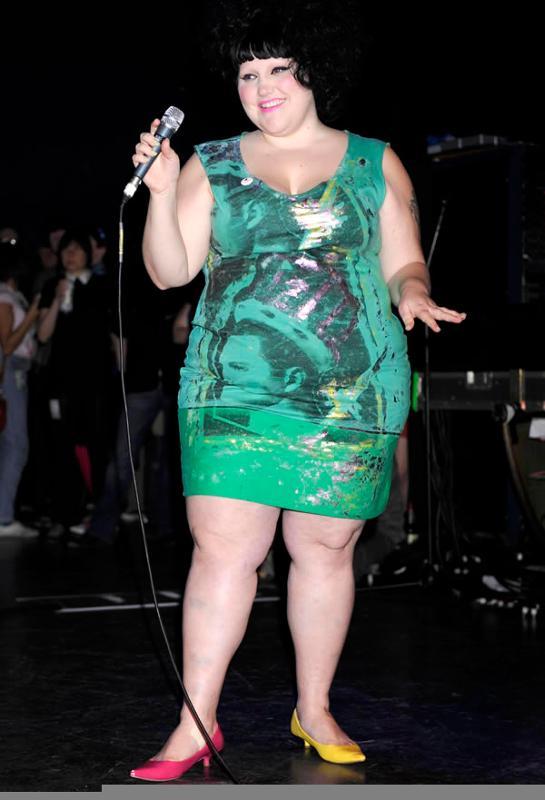 Баба платье толстая в зеленом