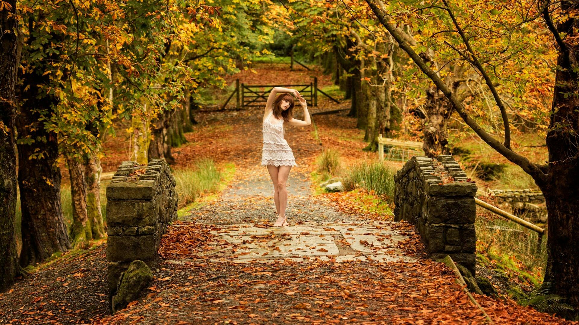 девушка осень блондинка природа деревья листья грусть тоска печаль загрузить