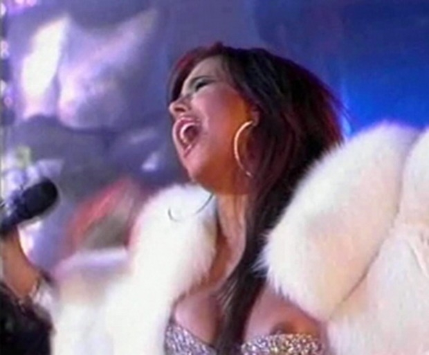 Нечаянно выпадает грудь у певиц #5