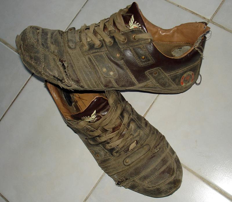 Картинка старых кроссовок
