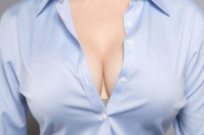 момента фото крупно под блузкой между спинками кресел