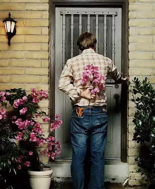 Гифы, смешные картинки парень дарит цветы