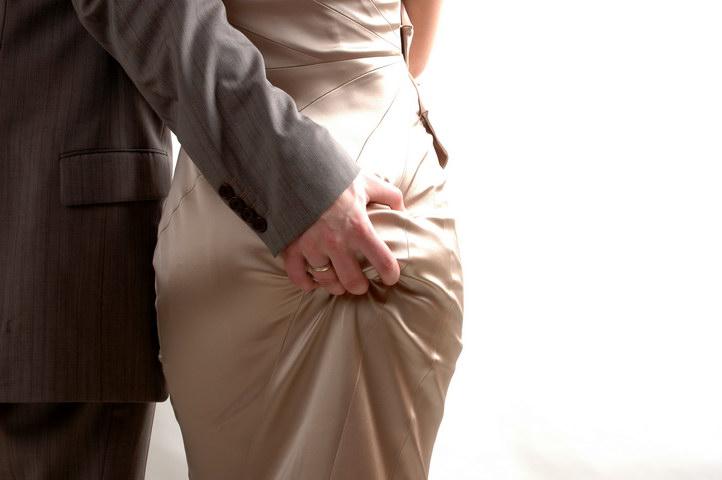 мужская рука на женской попе фото