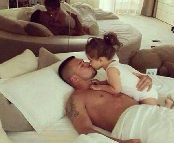 Смотреть секс сияющий дочкой с отцом