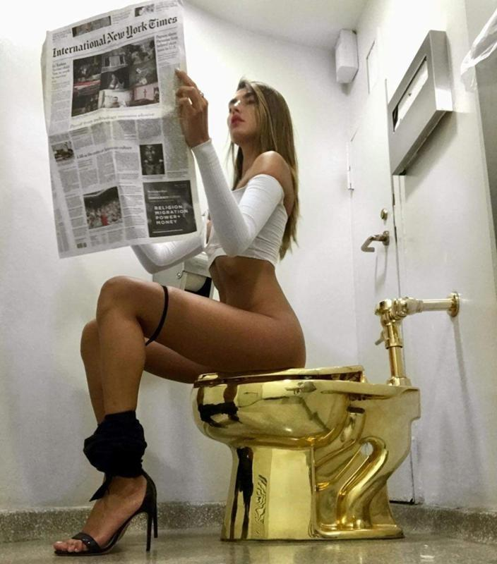 девушка на стеклянном унитазе - 8