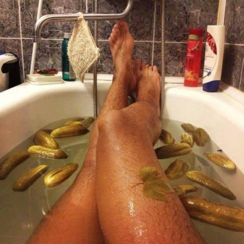 Свату днем, прикольная картинка с девушкой в ванне